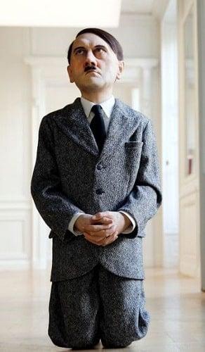 Maurizo Cattelan - Diz Çöken Hitler